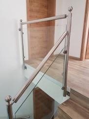 Innentreppe mit Handlauf aus Edelstahl mit Glaselementen