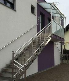 Treppengeländer, Handlauf und Geländer mir Überdachung aus Edelstahl und Glas