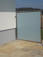 Sichtschutz aus Edelstahl und Glas