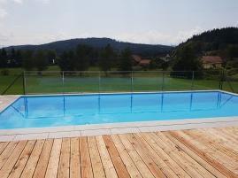 Poolumzäunung aus Glas und Edelstahl